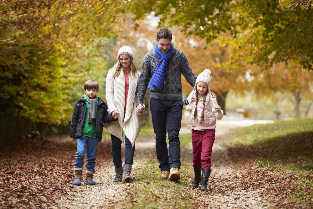 человека картинка прогулка семьи в осеннем парке для